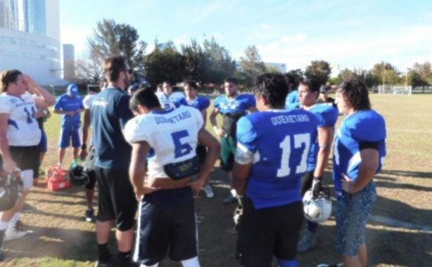 El coach Héctor del Águila platicando con los prospectos