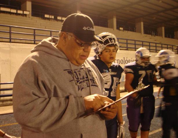 Coach Abelardo Ruiz revisando las jugadas con sus pupilos