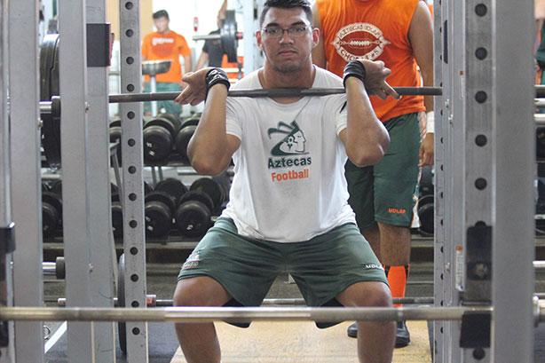 Diego Bedolla OL de los Aztecas en su rutina de gimnasio