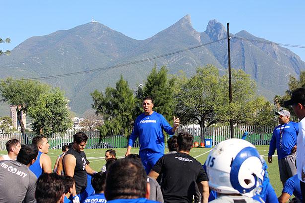 HC Carlos Altamitano durante el entrenamiento de Borregos