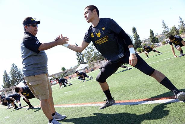 Head Coach Luis Cervantes siguiendo la práctica
