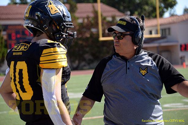 Coach Luis Cervantes revisando sus jugadas