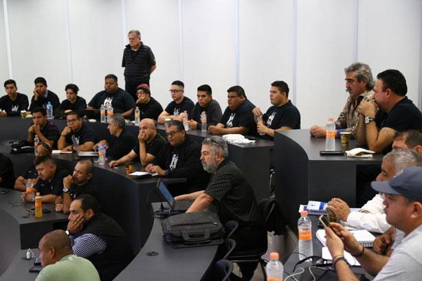 Ing. Edmundo Rubio al centro del plano en una clínica en Mexicali