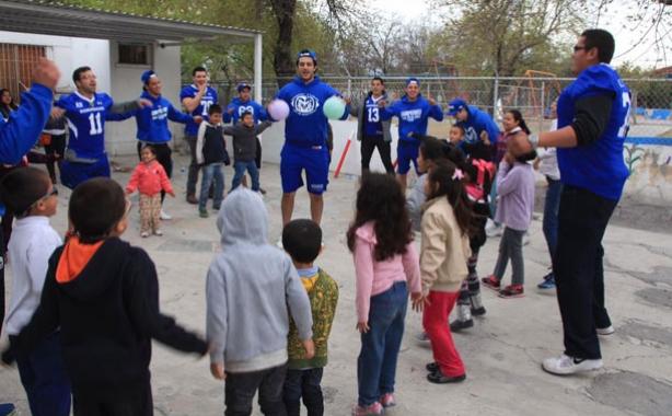 Los Borregos Salvajes visitaron a niños del DIF