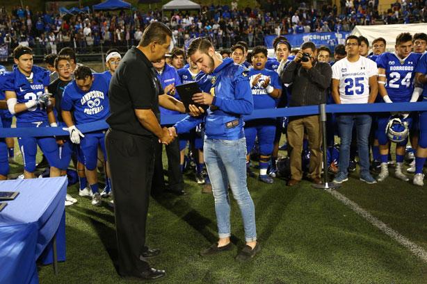 Diego Garciasela recibiendo su reconocimiento de manos del presidente de CONADEIP Agustín Marban