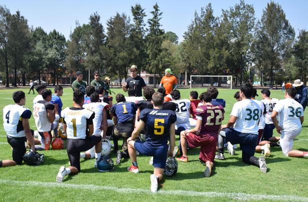 El HC Eric Fisher con los nuevos reclutas de Aztecas