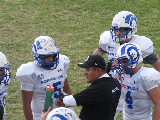 El HC Edgar Cervantes y sus pupilos durante el juego